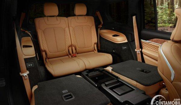 kursi baris ketiga Jeep Grand Cherokee L berwarna cokelat