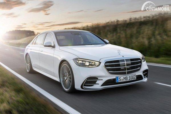 mobil baru Mercedes-Benz S-Class 2021 berwarna putih
