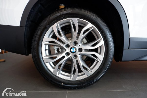 Foto ban dan velg BMW X1 sDrive 18i 2021