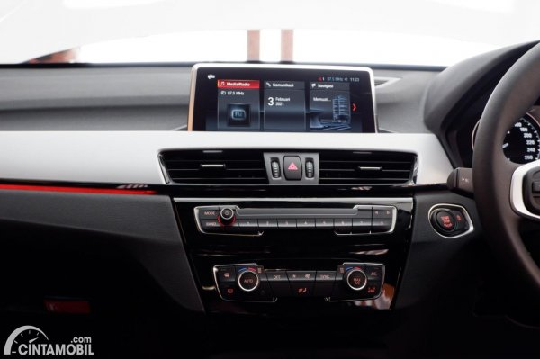 Foto In-Car Entertaiment System BMW X1 sDrive 18i 2021