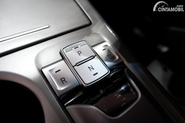 Foto tombol selectror transmisi di Hyundai KONA EV