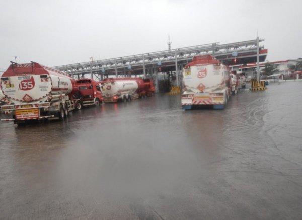 Foto Terminal Pertamina diguyur hujan deras