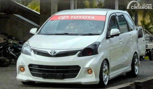 Stiker Kaca Mobil Toyota Merah