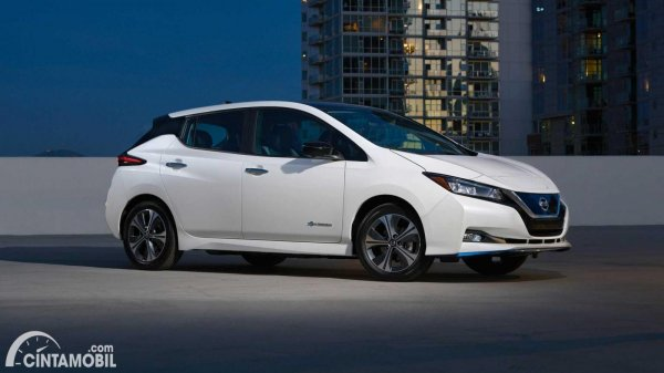 mobil listrik Nissan Leaf berwarna biru