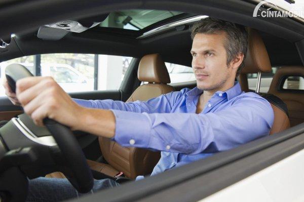 pengemudi pria yang sedang menyetir sendiri