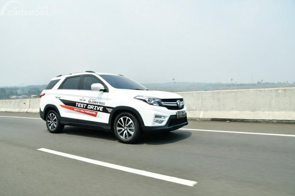 Gambar menunjukan mobil DFSK
