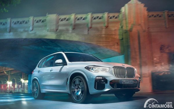 mobil baru BMW X5 berwarna silver
