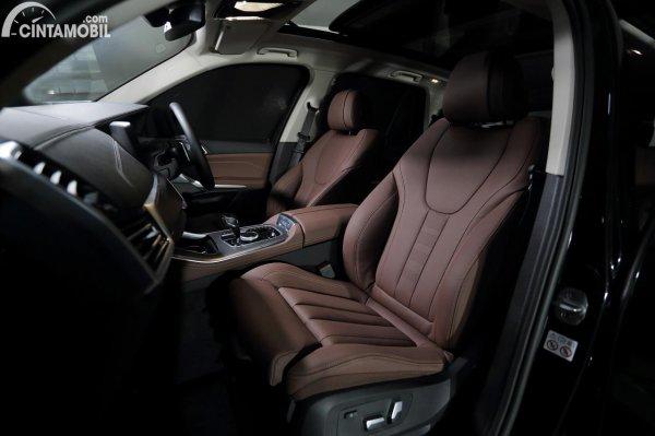 interior mobil baru BMW X5 2021 berwarna cokelat