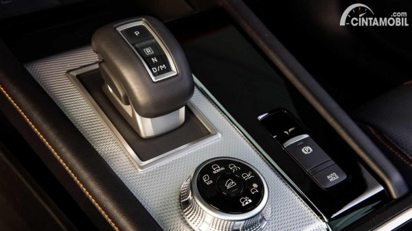 selector mobil baru Mitsubishi Outlander 2021 beraksen silver