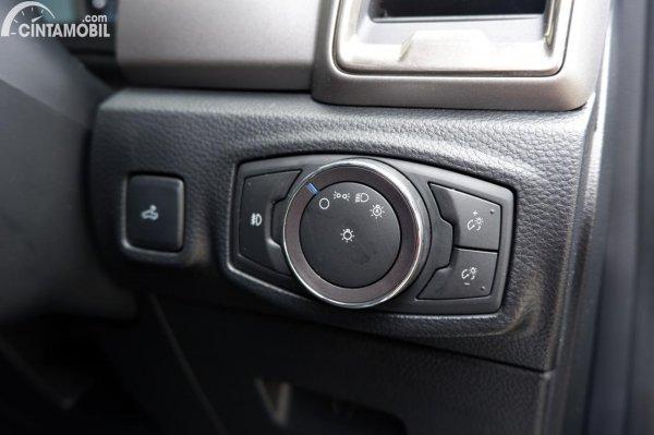 Foto tombol pengatur fitur di Ford Ranger 2.2 XLT 2021