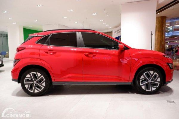 Foto tampilan samping Hyundai KONA Electric 2021