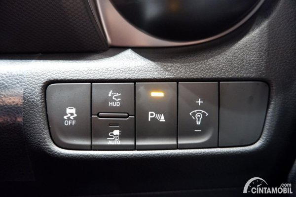 Foto tombol pengatur fitur keselamatan Hyundai KONA Electric Facelift 2021