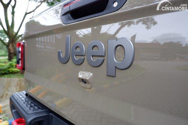 Foto kamera di bawah logo JEEP pada Jeep Gladiator Rubicon JT 2021