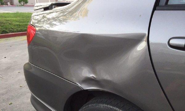 Gambar menunjukan bodi Mobil penyok