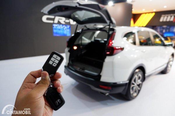 Foto buka-tutup bagasi Honda CR-V Turbo Prestige 2021 dari remote