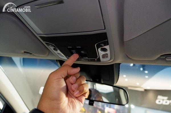 Foto tombol pembuka panoramic sunroof di Honda CR-V Turbo Prestige 2021