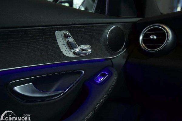 Foto pengaturan kursi elektrik di Mercedes-Benz C200 AMG Line Final Edition 2021