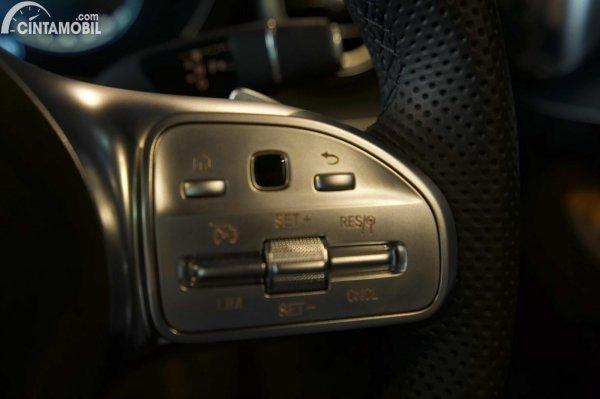 Foto tombol pengatur cruise control Mercedes-Benz C300 AMG Line Final Edition 2021