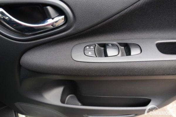 Foto tempat penyimpanan di kabin Nissan Serena X 2013