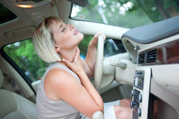 Foto pengendara di dalam mobil