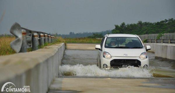 Gambar Daihatsu Ayla lewat banjir