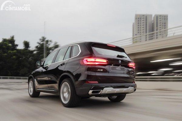 Tampilan belakang BMW X5 xDrive40i 2021