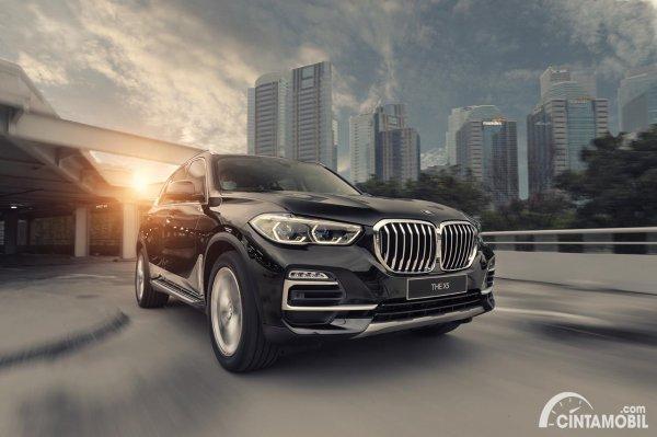 Tampilan depan BMW X5 xDrive40i 2021