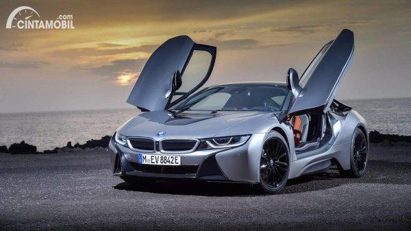 mobil baru roadster BMW i8 berwarna hitam