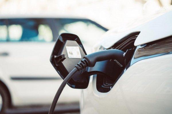 pengisi daya mobil hybrid di stasiun pengisian