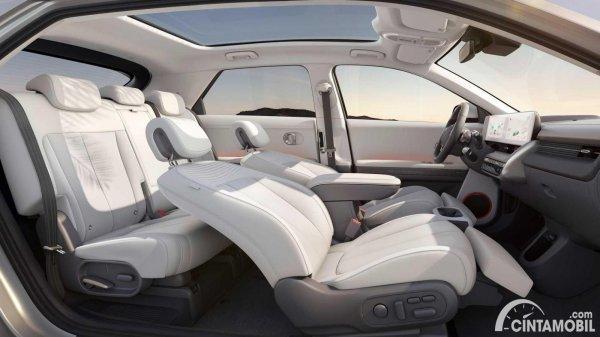 kabin Hyundai Ioniq 5 dengan kursi depan direbahkan