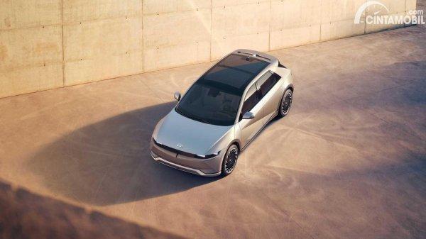 bagian atas Hyundai Ioniq 5 dengan kaca dari panel surya