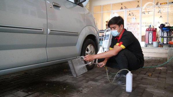 Memberishkan Evaporator AC Mobil