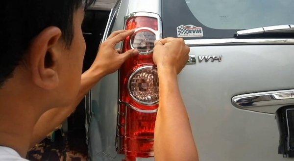 Foto Memasang garnish lampu belakang