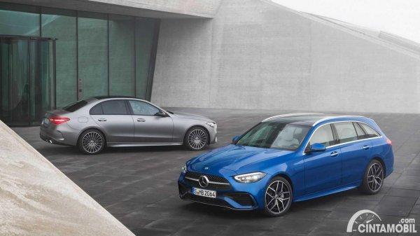 dua mobil baru Mercedes-Benz C-Class 2021 wagon dan sedan