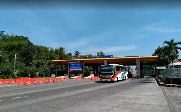 Foto menunjukkan Gerbang Tol Sadang Purwakarta