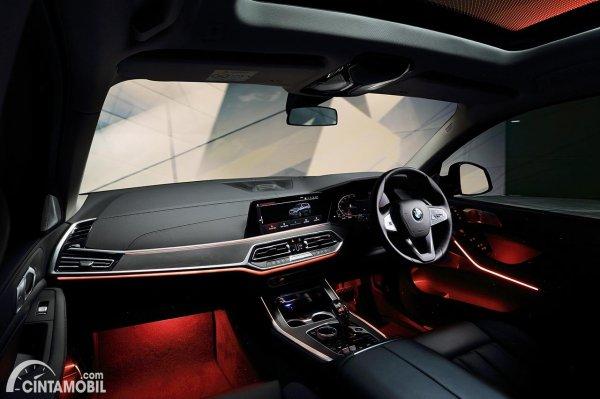 Layout Dashboard BMW X7 xDrive40i 2021 yang dirakit lokal