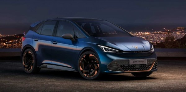 Foto mobil listrik CUPRA Born tampak samping depan