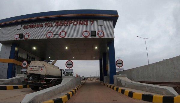 Foto sebuah mobil melintas di Gerbang Tol Serpong 7