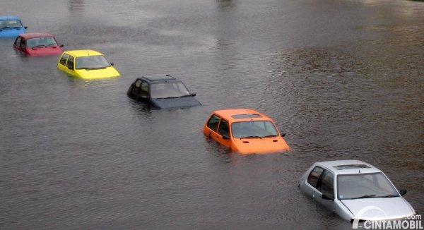 gambaar mobil terendam banjir
