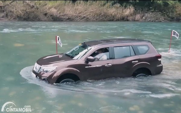 Gambar Nissan Terra menerobos genangan air