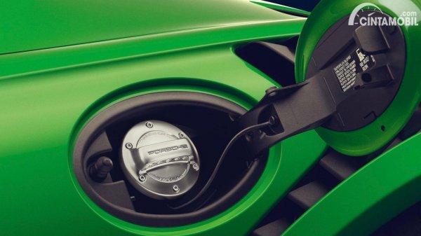 bahan bakar elektronik Porsche dengan tangki berwarna hijau