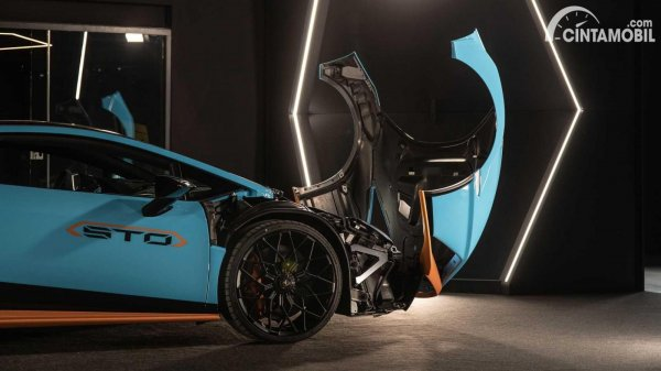 bukaan kap mesin Lamborghini Huracan STO