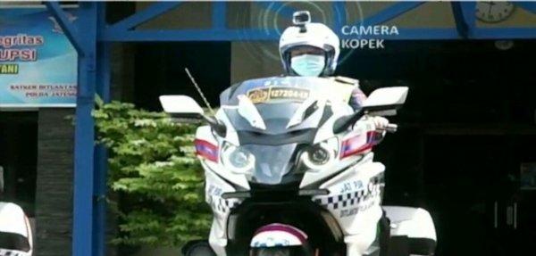 Foto polisi patroli dengan helm berkamera