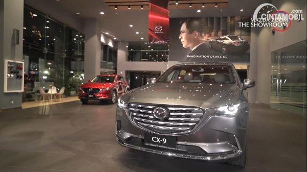 mobil baru Mazda CX-9 berwarna abu-abu