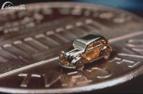 mobil terkecil Toyota dengan koin sebagai pembanding