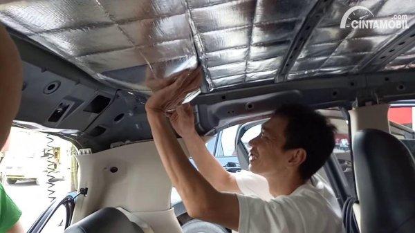 memasang plafon mobil