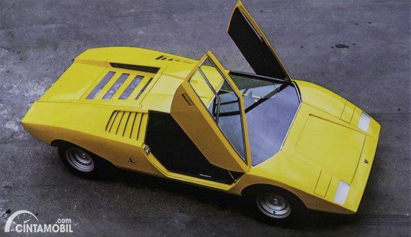 pintu gunting dari mobil klasik Lamborghini Countach
