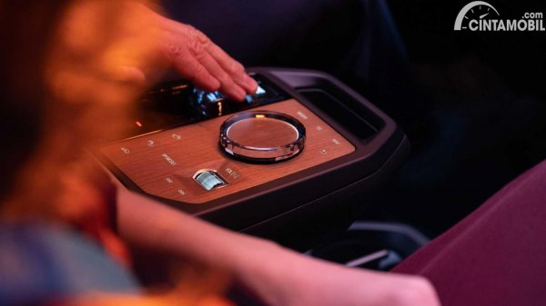tampilan konsol tengah rotary BMW iDrive baru