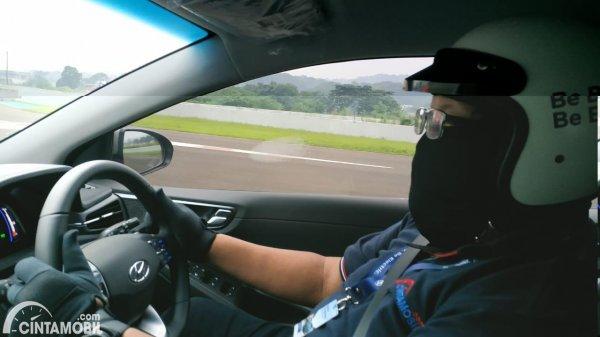 Foto tim Cintamobil.com di balik kemudi Hyundai IONIQ Prime 2021