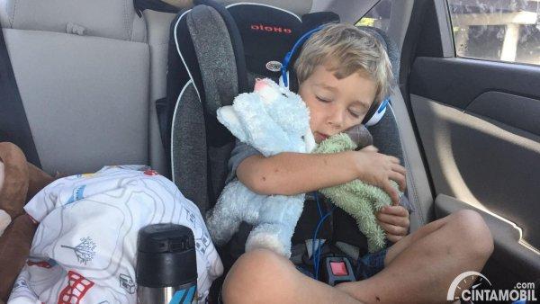 anak duduk di car seat
